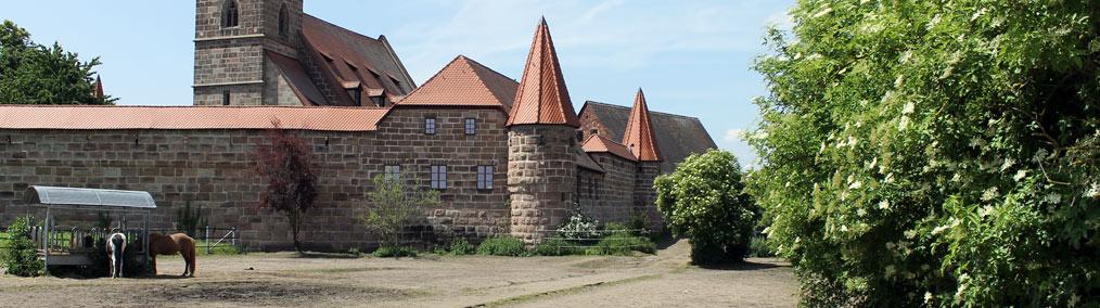Unser Aktivstall befindet sich direkt hinter der Wehrkirche in Kraftshof